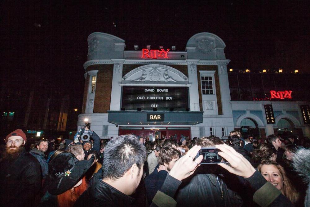 Fani Bowiego pod kinem Ritzy
