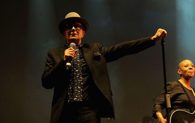 Gard Oldman podczas koncertu na cześć Bowiego