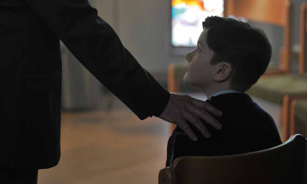 """Zbrodnia i wiara – recenzja filmu """"Dzięki Bogu"""""""