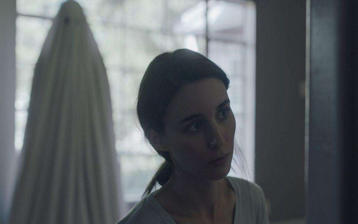 """Krótki film o odchodzeniu – recenzja filmu """"A Ghost Story"""""""