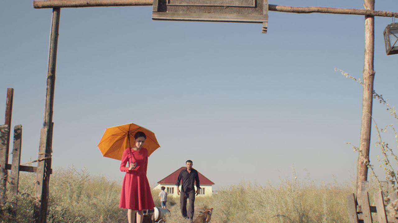 """Czerwona sukienka – recenzja filmu """"Łagodna obojętność świata"""" – WFF"""