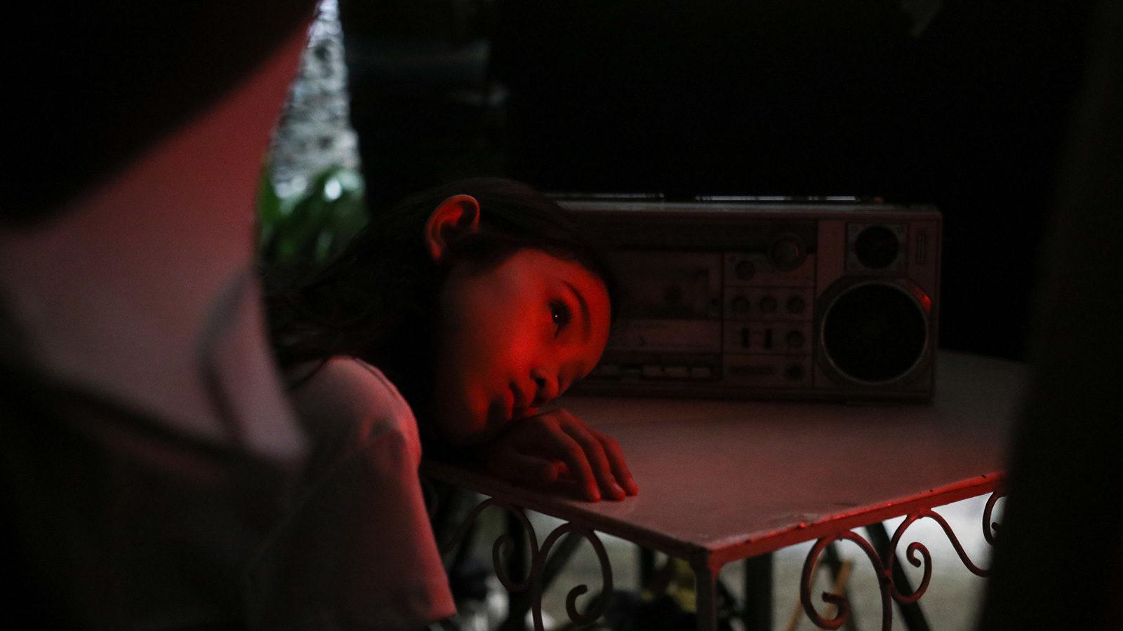 """Dziecięcy świat – recenzja filmu """"Przerywane tłumaczenie"""" – Pięć Smaków"""